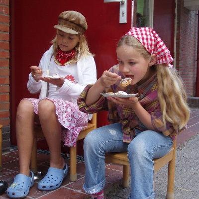 kinderen eten lekkere poffertjes